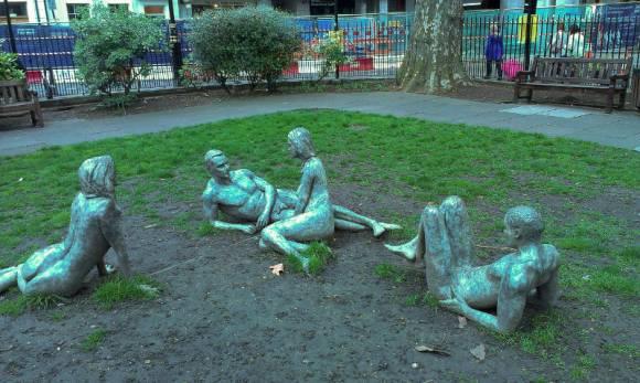 Quartier de Soho à Londres - statues partouzeuses