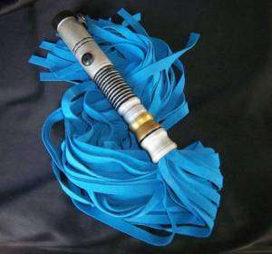 sextoys Star Wars : le fouet sabre laser bleu par Geek Kink