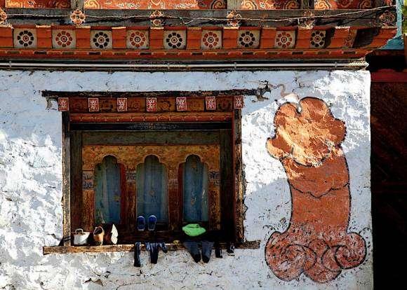 Phallus volant peint sur un mur au Bhoutan