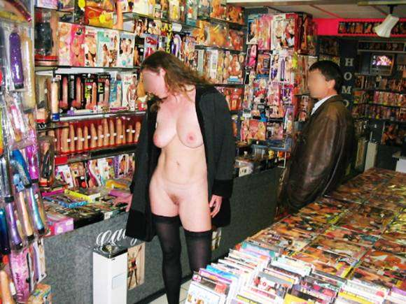 Exhib dans un sex-shop : témoignage coquin