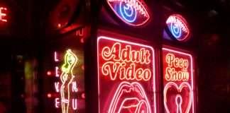 exhib dans un sex-shop