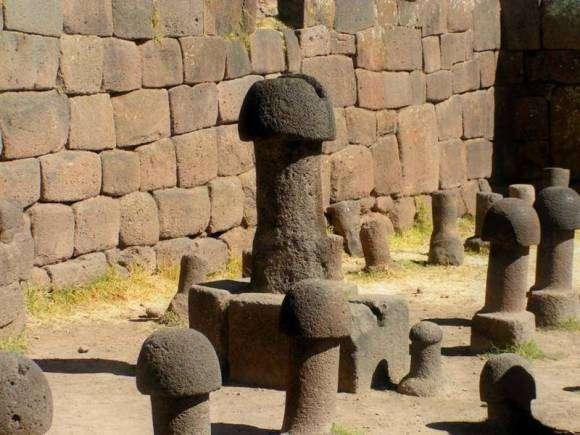 Le temple de la fertilité de Chucuito et ses monolithes phalliques