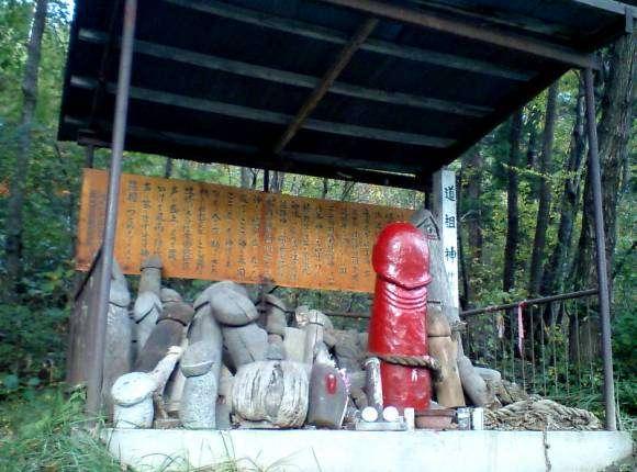 sanctuaire phallique d'Iizaka-Onsen