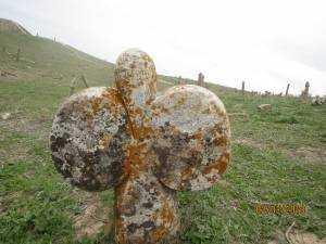 Une pierre tombale en forme de seins du cimetière de Khalid Nabi