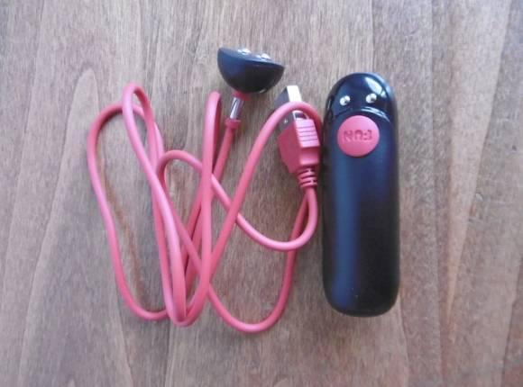 La capsule vibrante du ShareVibe et son câble de chargement