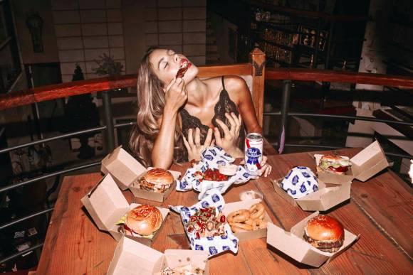 Raised by the Wolves : des photos de filles sexy en train d'engloutir burgers, donuts et pizzas