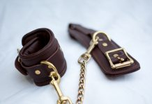 accessoires BDSM : menottes