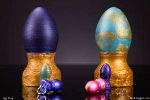 Des œufs de Pâques dans l'anus avec Bad Dragon