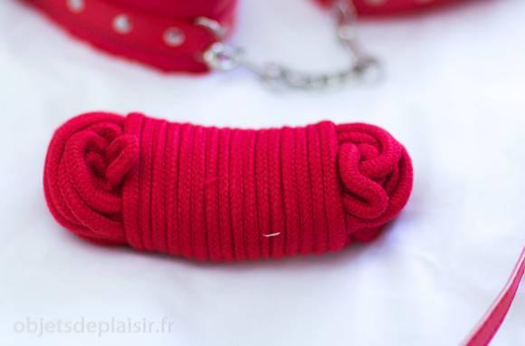 Une corde en coton provenant d'un kit de bondage pour débutants en BDSM.
