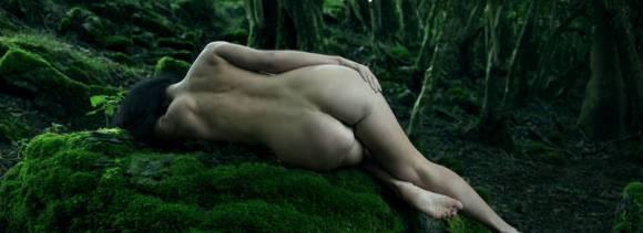 Femme nue dans la forêt