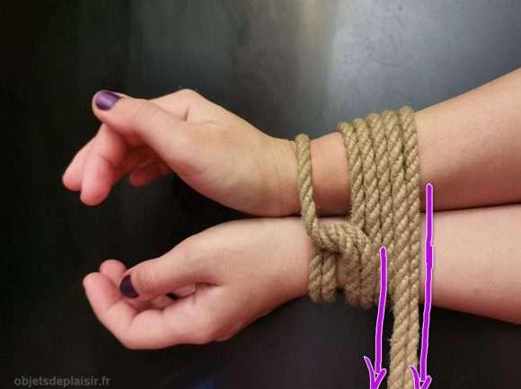 Cours de bondage : attacher les poignets