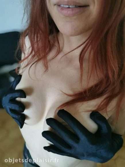 photo sexy du jour : elle avec des gants noirs