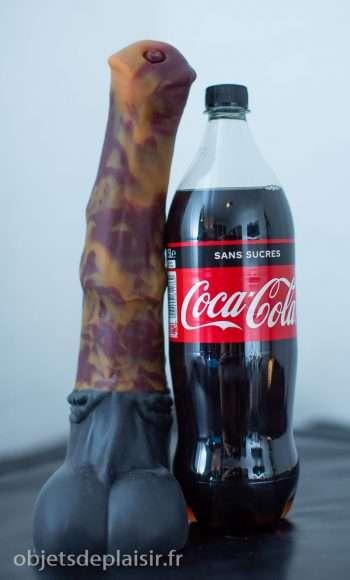 un gode Bad Dragon et une bouteille de coca