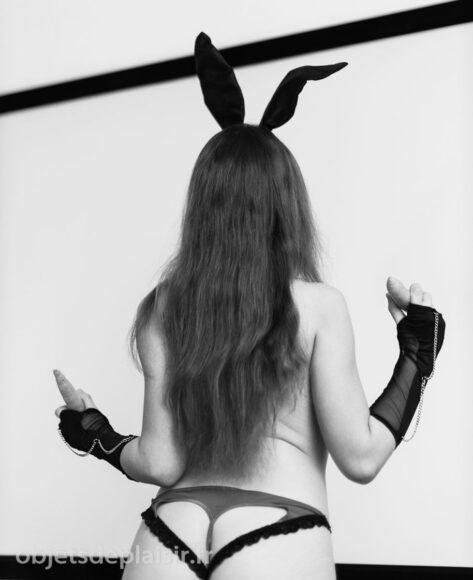 lapin de pâques sexy en noir et blanc