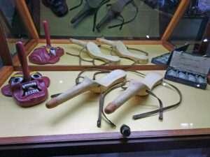Godes-ceintures anciens en bois - Sex Machines Museum